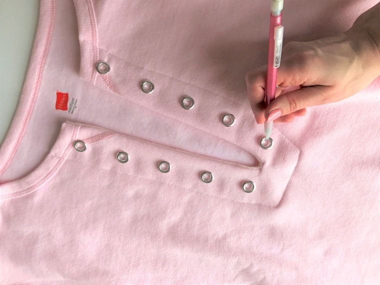 diy-lace-up-sweatshirt-by-bunny-baubles-8